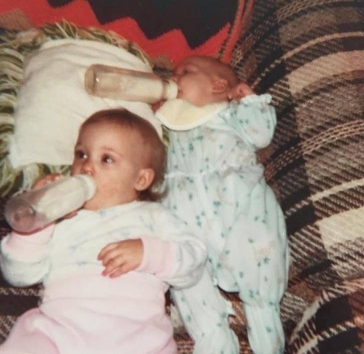 dos bebés tomando biberón