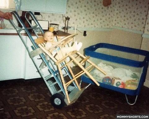 bebe en un carro atado a una escalera