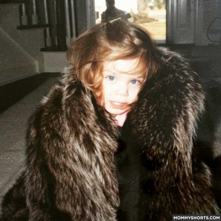 niña con abrigo de piel
