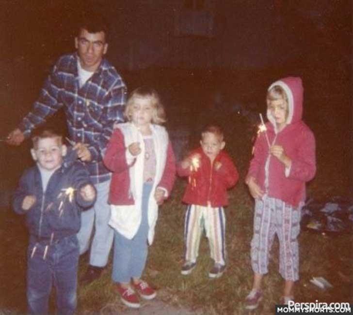 niños con fuegos artificiales