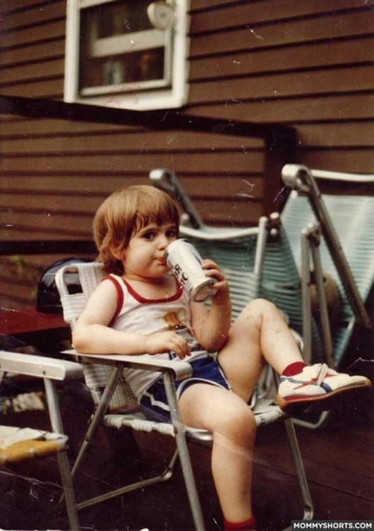 niño tomando lata de cerveza