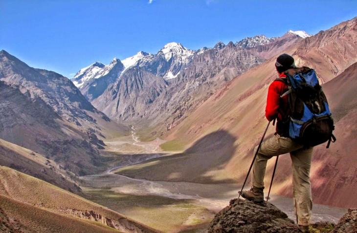 cico alpinista en la cubre de una montaña