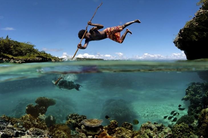 hombre pescando con arpon