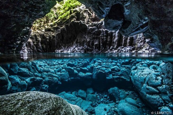 cueva con hermosas aguas cristalinas