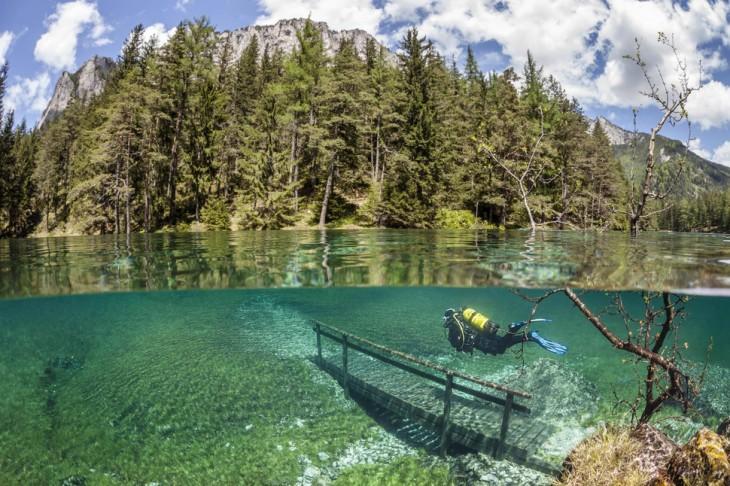 puente en los alpes debajo del agua