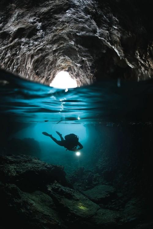 hombre buceando en cueva