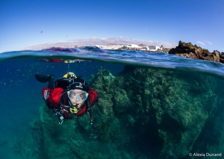 hombre buceando en arrecifes
