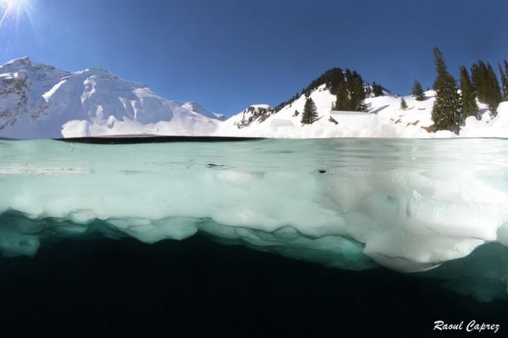 lago al lado de montanas con nieve