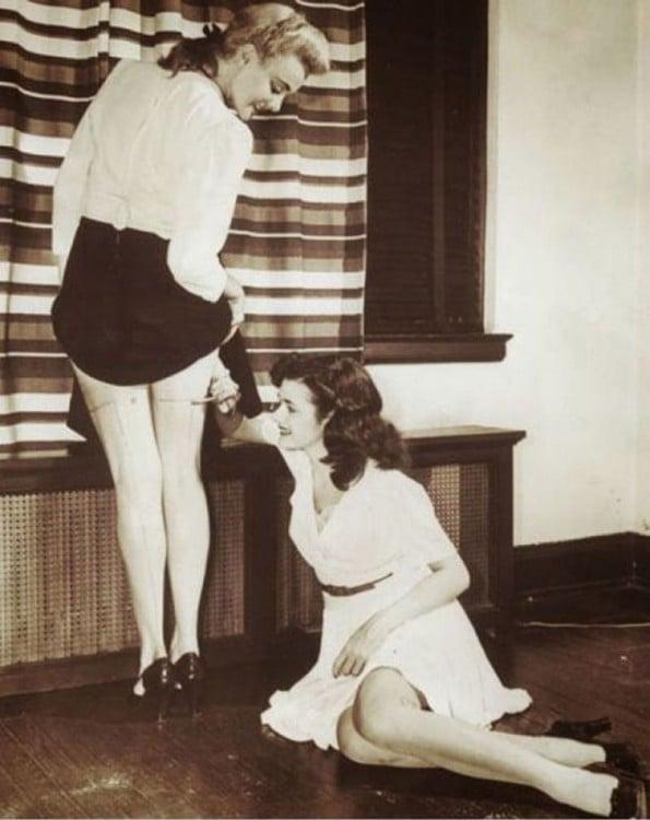 mujeres pintándose para hacer creer que llevan puesta medias,1942