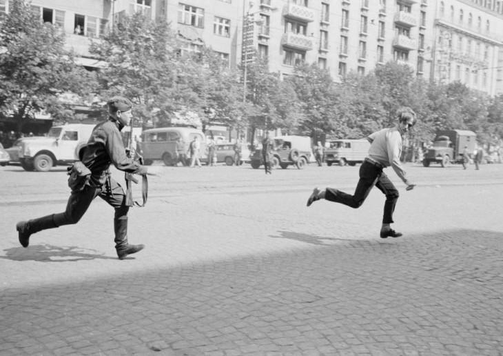 La primavera de Praga, soldado soviético persigue a joven checo que protestaba la ocupacion soviética,1968