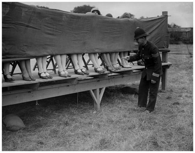 Policía juzga una competencia de rodillas, 1930