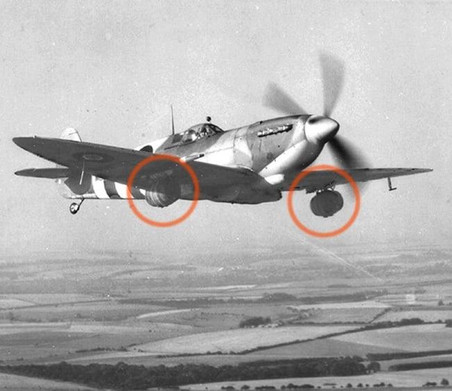 Entregando barriles de cerveza a las tropas mediante los aviones Spitfire en Normandia
