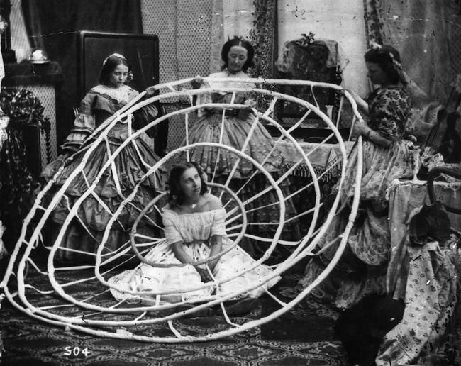 Una mujer en Londres con su Crinolina, 1860