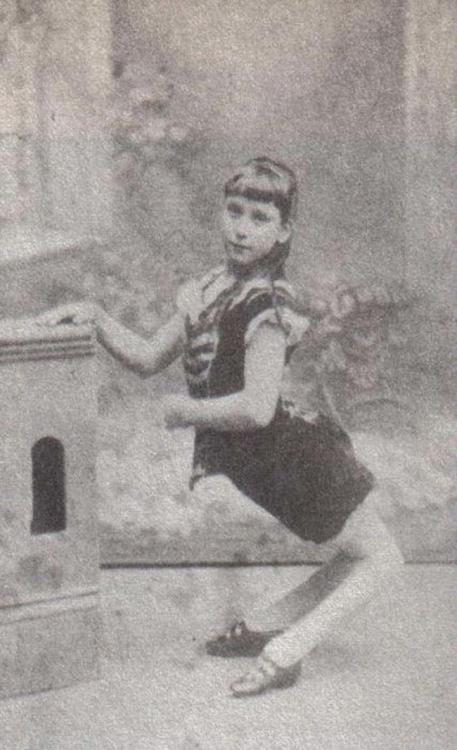 una mujer con las piernas quebradas hacia atras mujer camello