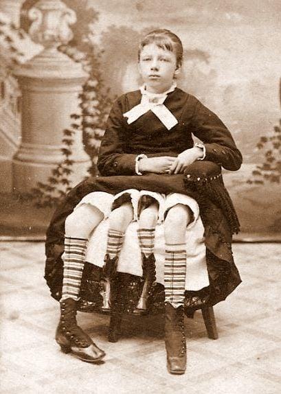 mujer con 4 piernas sentada