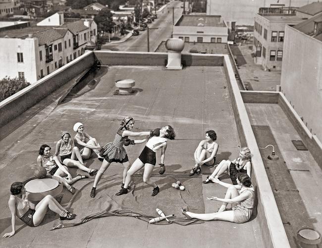 mujeres boxiando 1930 en el techo