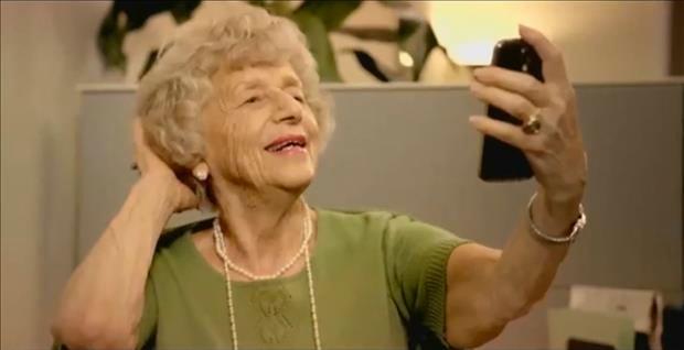 abuela sacandose una selfie