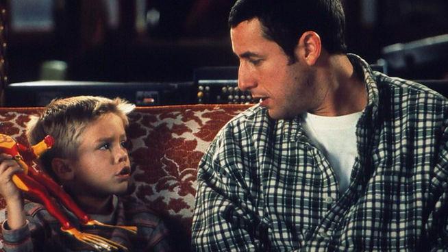niño y padre platicando en la sala de su casa