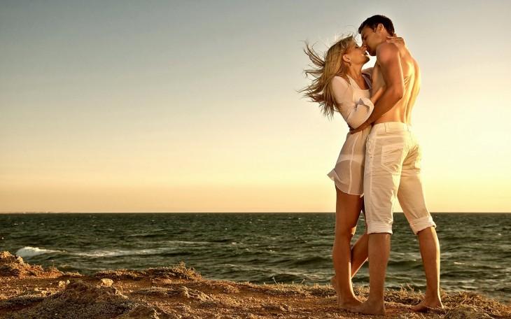 pareja enamorada abrazandose en atardecer