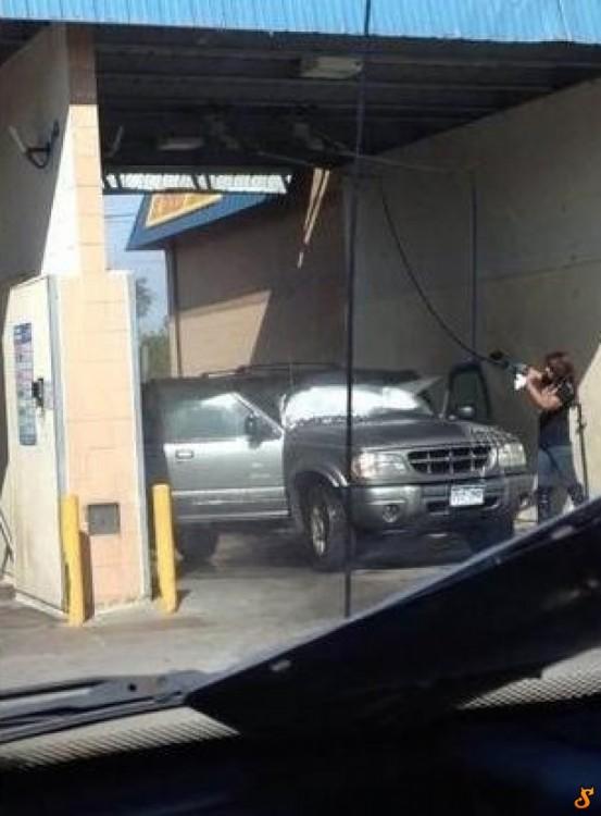 Chica lavando el auto con las puertas abiertas