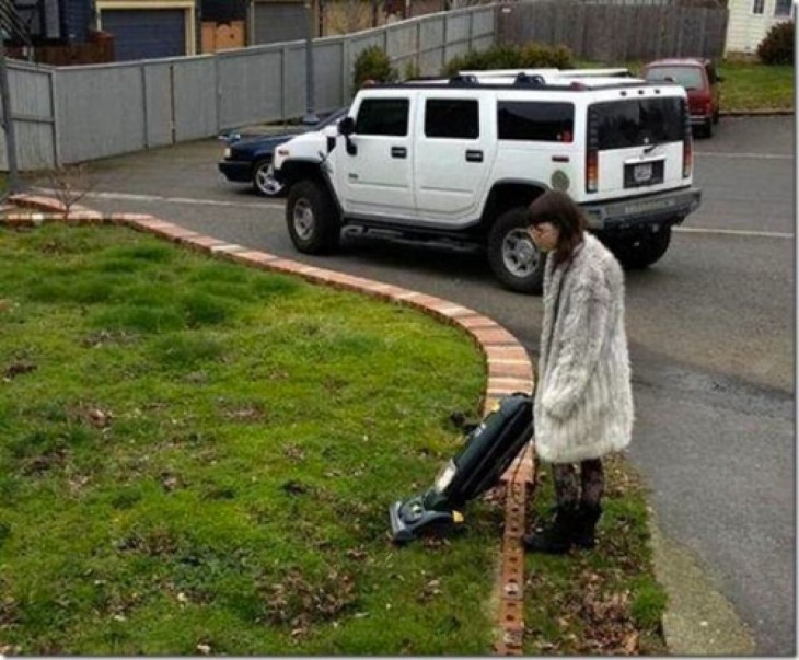 Señora pasando aspiradora en el jardín