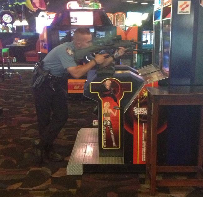 policía jugando juego de guerra en maquinitas