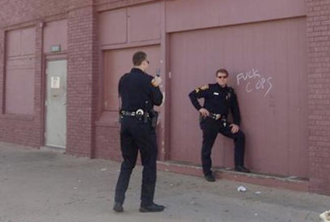 policía sacándose fotos