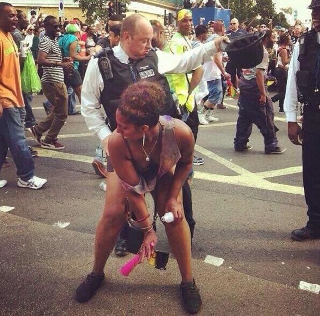 mujer baila con policia