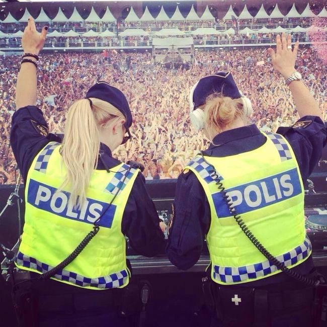 mujeres policía en el estadio