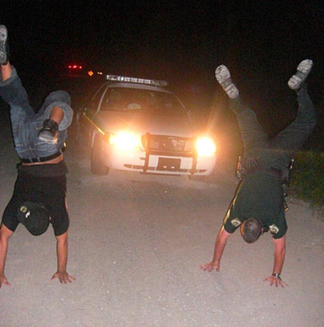 policía haciendo breakdancing