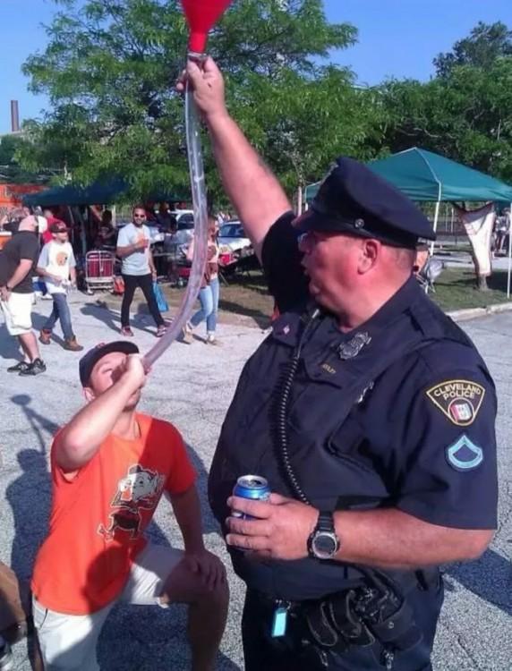 policía amable con la gete