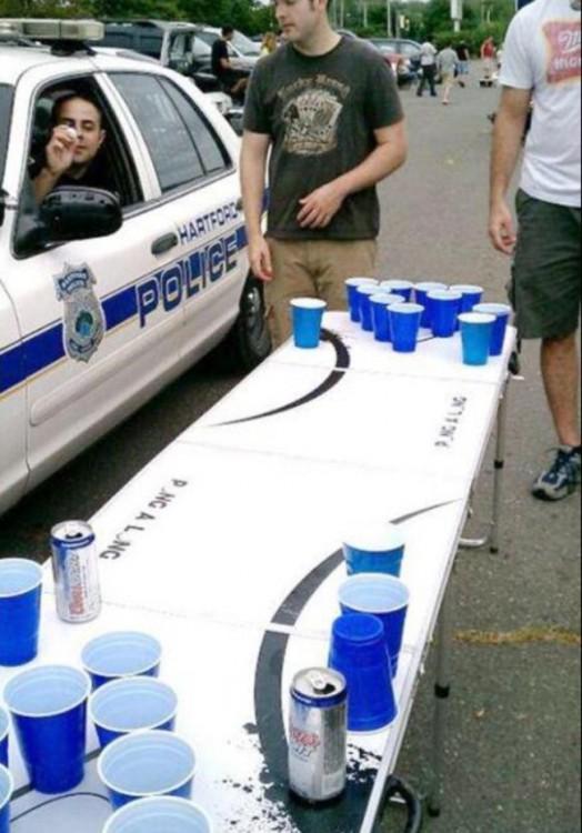 policia en auto jugando beerpong