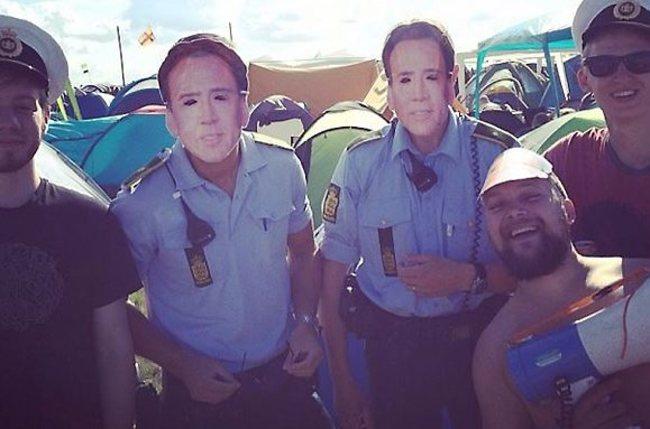dos policías parados