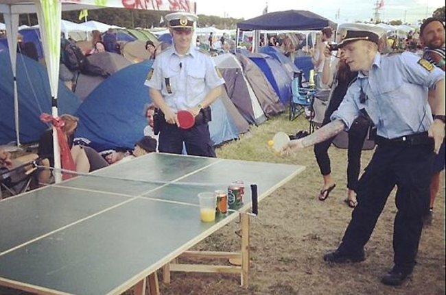 policías jugando ping pong