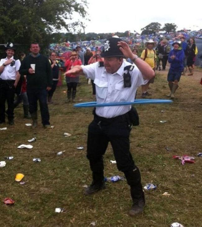 policia británico jugando al hula hula