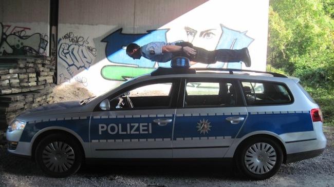 policia surfeando su auto