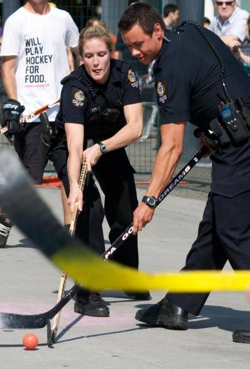 policías jugando al hockey