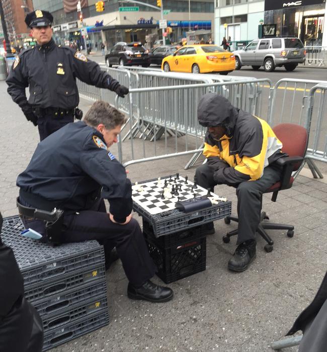 policia jugando al ajedrez con otro hombre