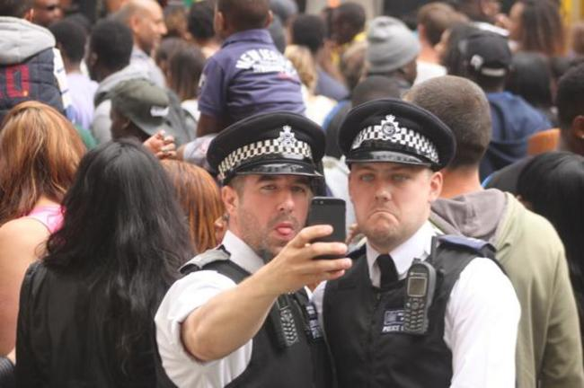 policías sacándose un selfie