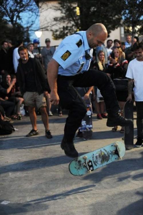 policia  skating con un muchacho