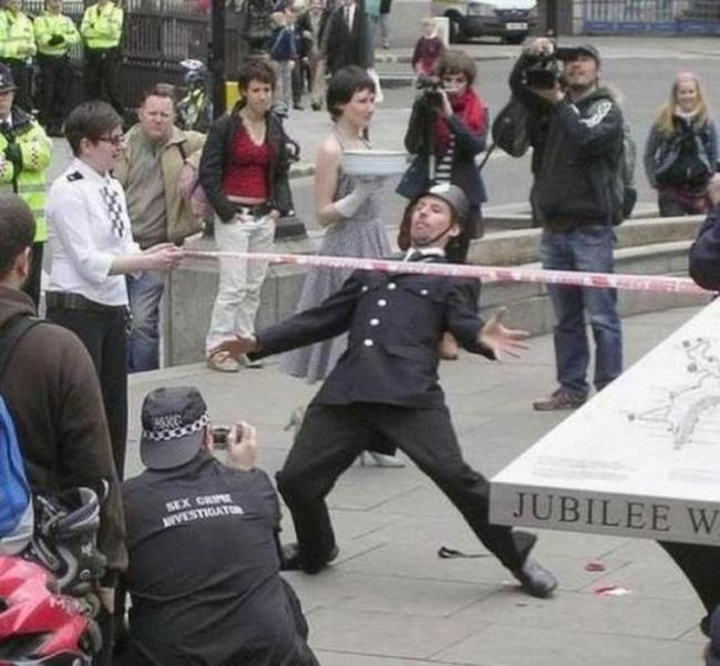 policia britanico jugando con la gente
