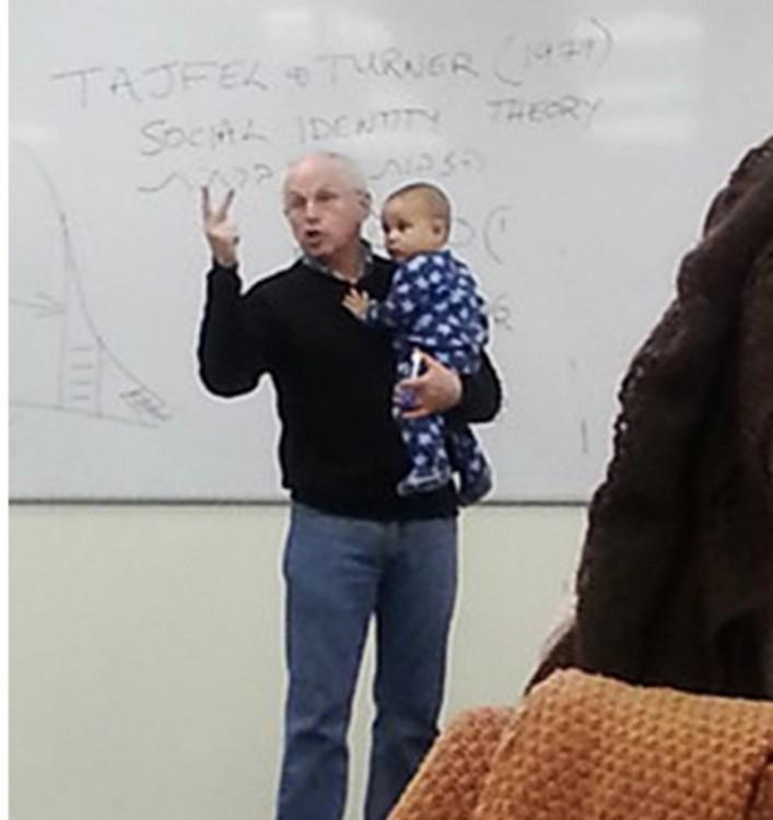 profesor Sydney Engelberg dando clase con bebe en brazos