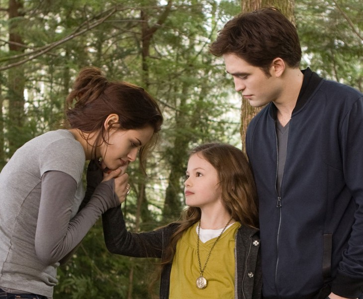 niña tocandole la cara a su madre como muestra de cariño en el bosque