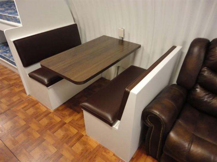 casa subterranea, sala de estar minimalista