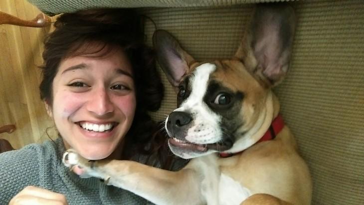 perro boxer y mujer