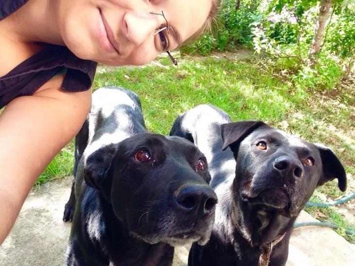 mujer y dos perros negros