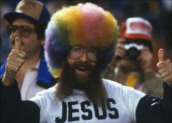 hombre con peluca de colores