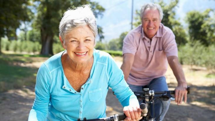 pareja de abuelos en bici