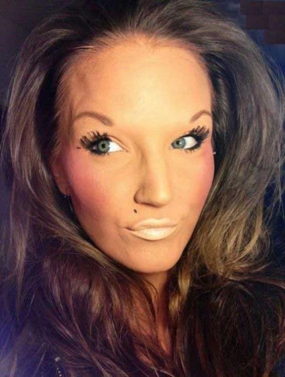 epic fail del maquillaje mujer con las cejas mal sacadas