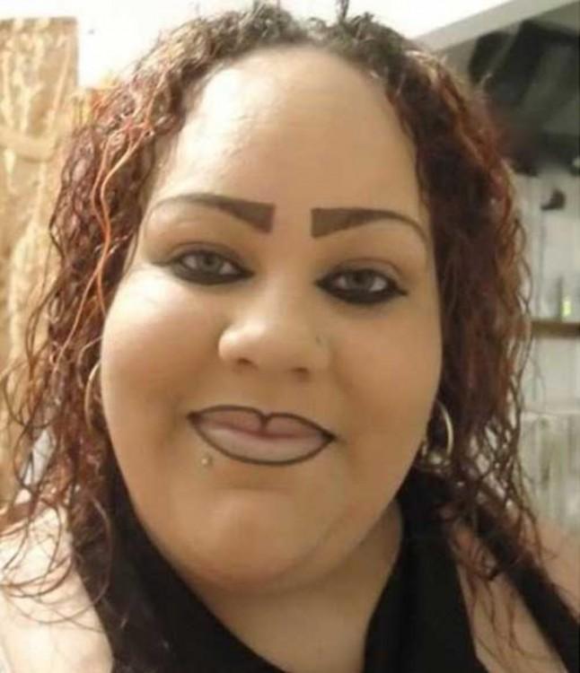 epic fail del maquillaje mujer pasada de delineador